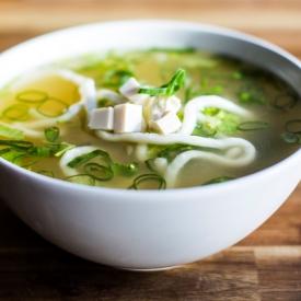 Udon Nudel Suppe mit Tofu